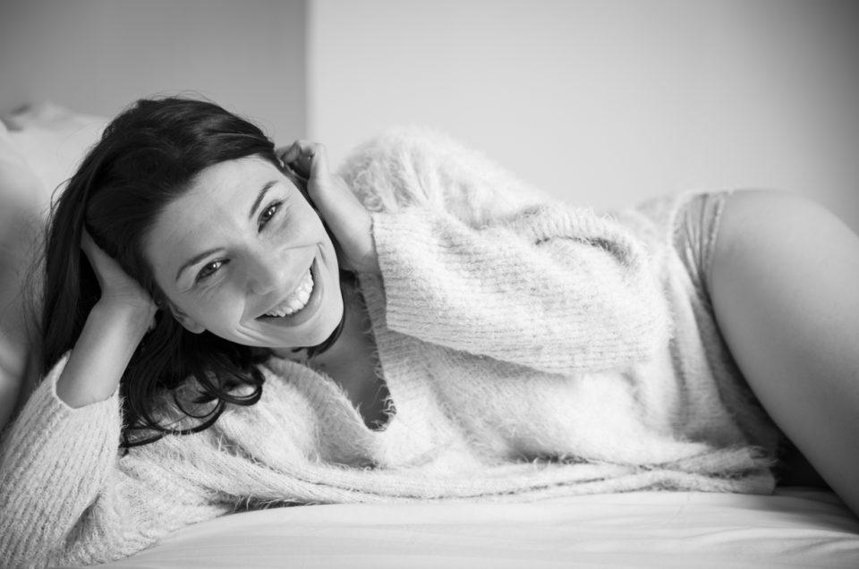 Séance boudoir cocooning au studio –  Photographe Pays de la Loire